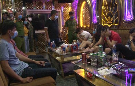 """Bất chấp dịch bệnh, hàng chục thanh niên lén lút """"bay lắc"""" ở quán karaoke"""