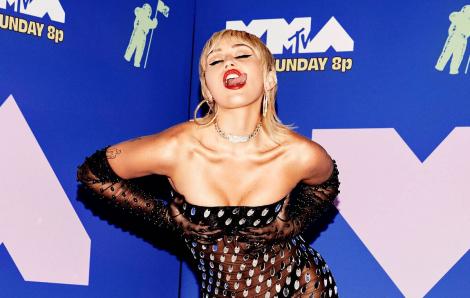 Miley Cyrus mặc hở táo bạo, tạo dáng phản cảm tại thảm đỏ MTV VMAs 2020