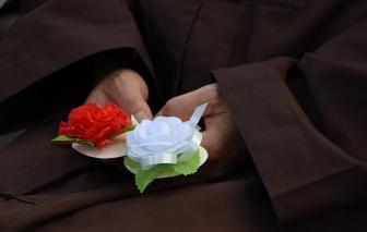 Hoa hồng trắng trên ngực, nhớ làm sao món chay của má ngày Vu Lan
