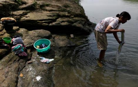 COVID-19 gây ô nhiễm rác thải y tế sông ngòi ở Indonesia