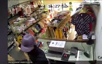 Giả khách mua hàng rồi dùng dao khống chế nhân viên cướp tiền, vàng