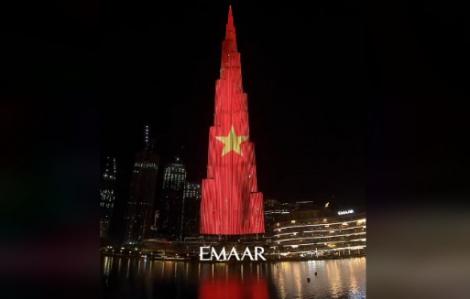 Quốc kỳ Việt Nam tỏa sáng trên tòa tháp cao nhất thế giới Burj Khalifa