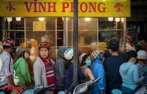 Người Sài Gòn xếp hàng dài chờ mua heo quay cúng cô hồn