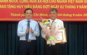 Ông Nguyễn Văn Đua nhận Huy hiệu 45 năm tuổi Đảng