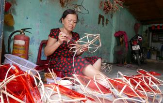 Xóm lồng đèn lâu đời nhất Sài Gòn lo tàn lụi vì COVID-19