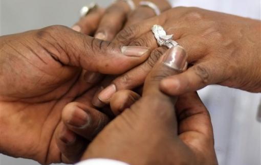 """Chiếc nhẫn cưới bằng vàng 18 carat đã """"tái ngộ"""" cùng chủ nhân sau 40 năm thất lạc"""