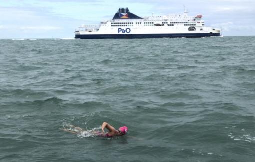Cô bé 16 tuổi bơi 53km vượt eo biển Manche xuyên đêm
