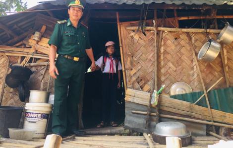 Cảm động hình ảnh chiến sĩ biên phòng vừa lo chống dịch COVID-19 vừa giúp trẻ đến trường