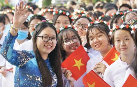 Chủ tịch UBND TPHCM Nguyễn Thành Phong đánh trống khai trường tại Trường THPT Mạc Đĩnh Chi