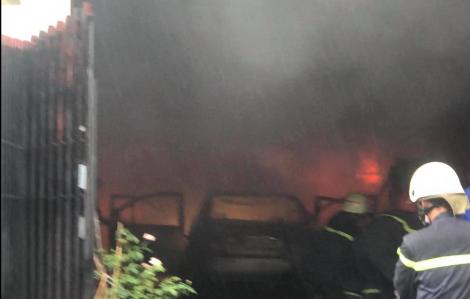 Nhiều xe máy, ô tô trong kho chứa phụ tùng ở Sài Gòn bị lửa thiêu rụi