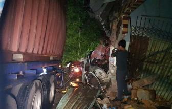 Xe container tông liên tiếp vào 4 nhà dân