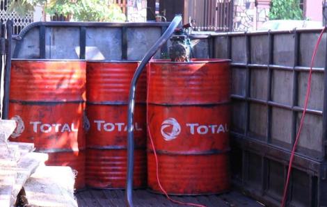 Bắt quả tang 2 đối tượng mua bán hơn 3.000 lít dầu diezel giả