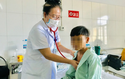 """Mời thầy cúng về """"giải bệnh"""", bé 11 tuổi suy thận cấp"""