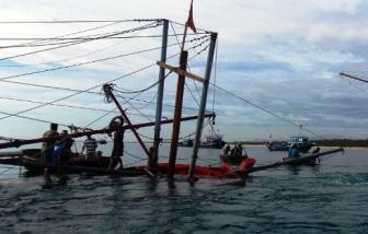 Tàu câu mực bị tàu lạ đâm chìm, 1 người chết, 1 người mất tích