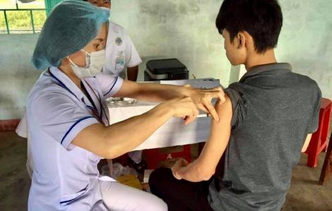 """""""Phục"""" hơn nửa ngày để thuyết phục bà con tiêm vắc-xin bạch hầu"""