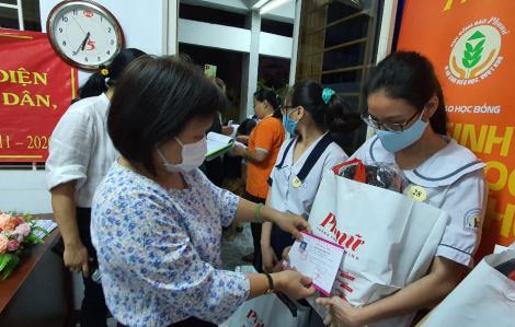 Báo Phụ Nữ TPHCM trao tặng học bổng cho nữ sinh hiếu học, vượt khó quận 3