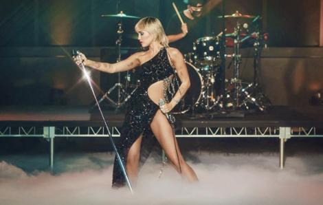 Miley Cyrus gợi cảm trong thiết kế của Công Trí