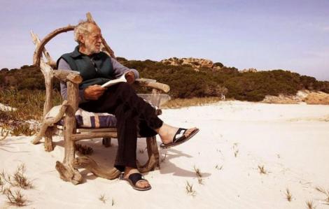 """""""Robinson Crusoe 81 tuổi"""" bị buộc rời hòn đảo thiên đường"""