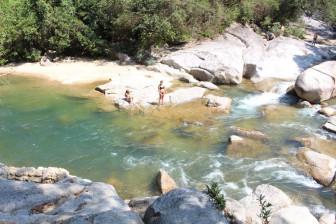 Ngâm mình ở vũng nước xanh ở thác Suối Nguồn, Hòn Bà