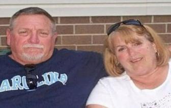 Sau gần 50 năm chung sống, đôi vợ chồng nắm tay nhau cùng trút hơi thở cuối cùng vì COVID-19