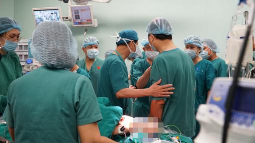 Tại sao bác sĩ phẫu thuật phải mặc đồ màu xanh?