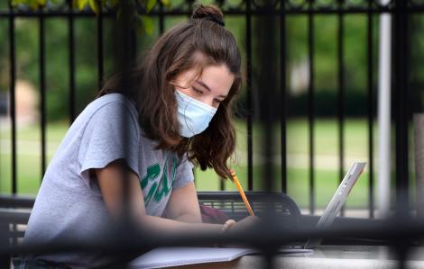 """Sinh viên Michigan được yêu cầu cách ly do số ca nhiễm COVID-19 """"tăng theo cấp số nhân"""""""