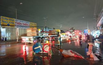 Xe máy sụp ổ gà dưới cơn mưa, 2 dì cháu bị xe container cán thương vong
