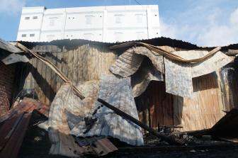 Cháy lớn ở vùng ven Sài Gòn, nhiều nhà dân bị thiêu rụi