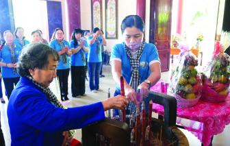 Dâng hương và báo công lên cô Ba Định