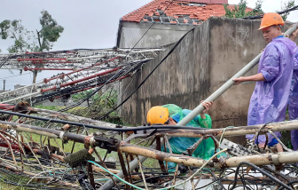 Giông lốc quật đổ cột ăng ten, hàng trăm nhà dân bị tốc mái