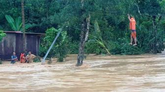 Sau bão, lũ quét ở Quảng Nam, sạt lở ở Quảng Trị, cây xanh, trụ điện đổ la liệt ở Huế và Đà Nẵng