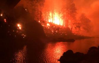 Sống sót hi hữu trong trận cháy rừng ở Oregon nhờ một tảng đá giữa sông