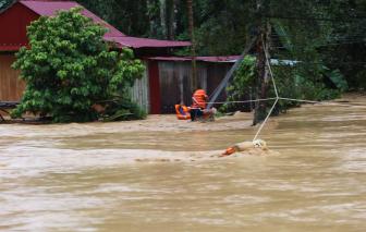Thót tim cảnh đu dây cứu dân ra khỏi vùng ngập lũ