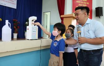 Tặng máy rửa tay tự động cho các trường học
