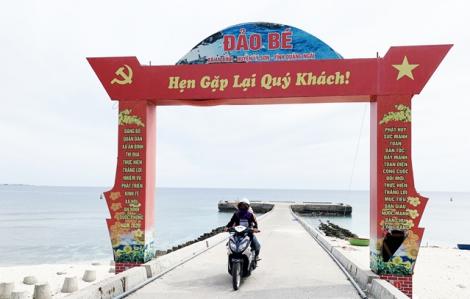 Phụ nữ chạy xe ôm trên đảo Lý Sơn
