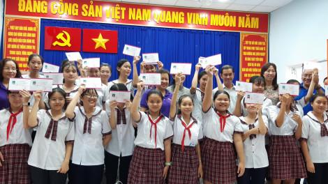 """Học bổng """"Nữ sinh hiếu học, vượt khó"""" về huyện Cần Giờ"""
