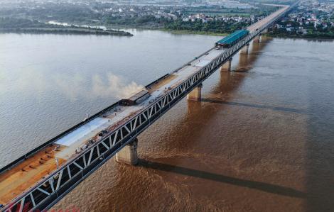 """Toàn cảnh """"đại công trường"""" sửa chữa mặt cầu Thăng Long"""