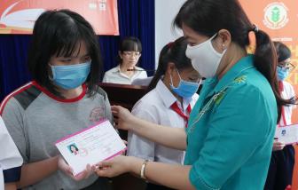 """Báo Phụ Nữ TPHCM tiếp tục trao tặng học bổng """"Nữ sinh hiếu học, vượt khó"""" tại quận 8"""