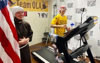 Nữ tu chạy bộ để quyên tiền cho người nghèo trong đại dịch