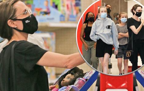 Angelina Jolie giản dị đưa các con đi mua sắm