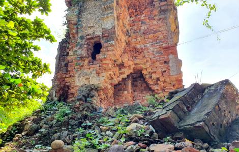 """Kêu cứu bất thành, chính quyền xã mang """"gông"""" chống sập cho tháp cổ giữa đại ngàn"""