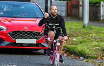 """Ông bố """"soái ca"""" vượt 300km bằng xe đạp tí hon gây quỹ từ thiện"""