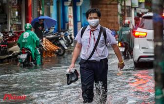 """Trung tâm quận 1 thành """"sông"""", học sinh bì bõm lội nước về nhà"""