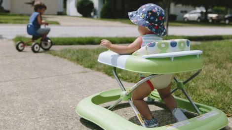 Trẻ dùng xe tập đi, chỉ gây hại!