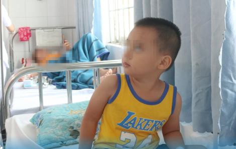 Ngồi trước xe máy, bé 3 tuổi té vỡ lá lách