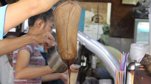 Quán cà phê vợt hiếm hoi giữa Sài Gòn, muốn uống phải xếp hàng