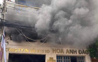 Giải cứu 2 người mắc kẹt trong đám cháy công ty in vải