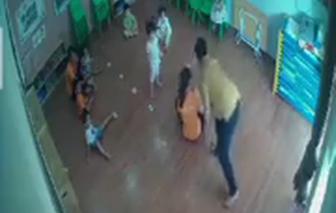 Phụ huynh hành hung cháu bé 2 tuổi vì cắn con mình