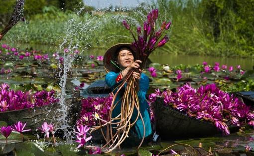 """Chèo xuồng ngắm hoa và nước ở """"giếng trời"""" Bình Thiên"""