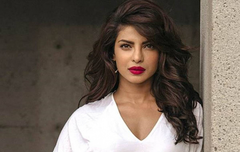 """Hoa hậu Thế giới Priyanka Chopra """"vén màn"""" showbiz trong hồi ký"""